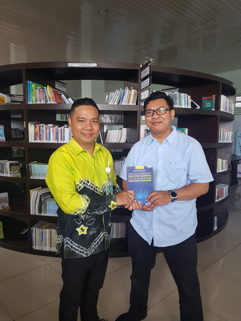 Pemberian Buku Oleh Dosen Sistem Informasi Agus Byna,M.Kom sebagai motivasi menulis karya ilmiah Ber-ISBN