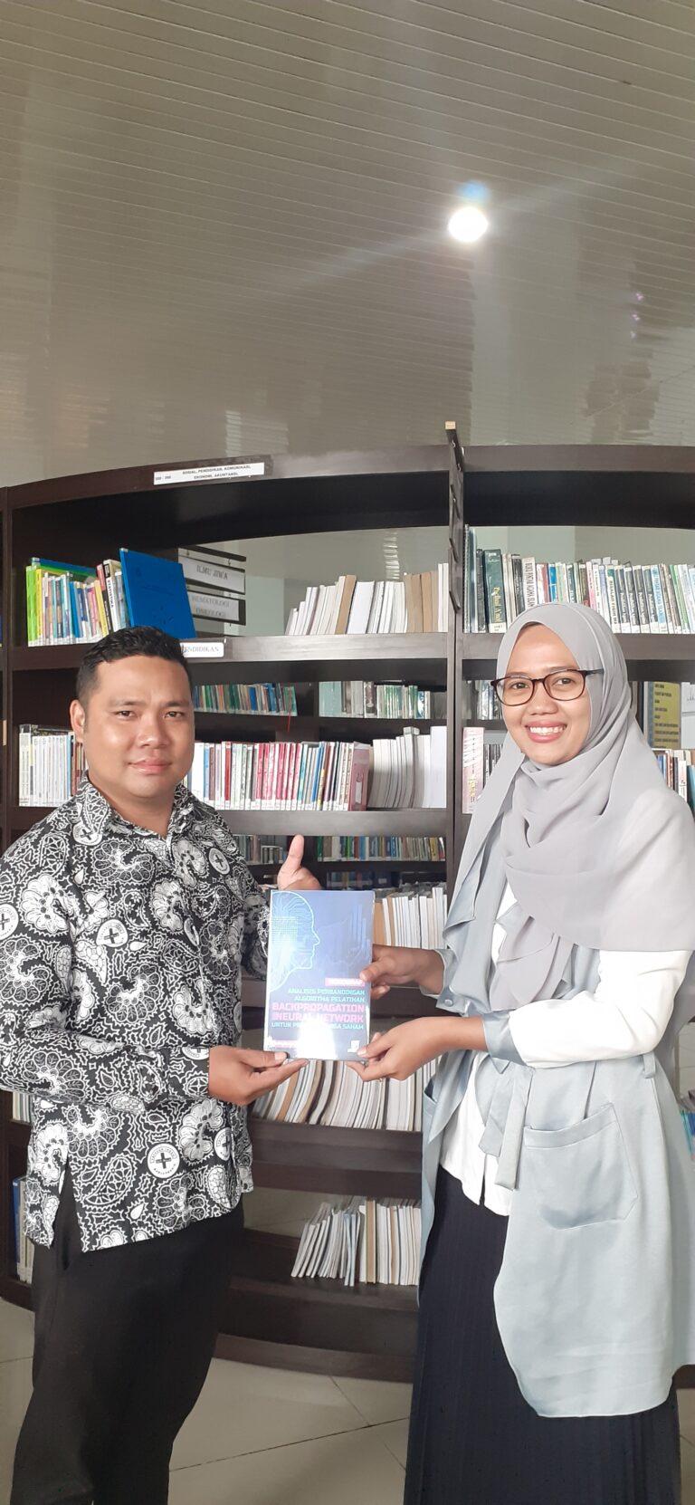 Pemberian Sumbangan Buku Oleh Dosen Sistem Informasi Finki Dona Marleny,M.Kom kepada Perpustakaan kampus