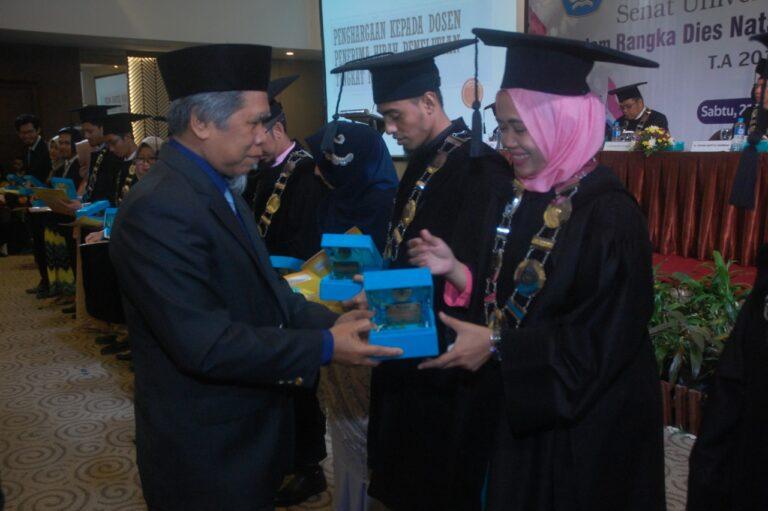 Pemberian Penghargaan Penerima Hibah Nasional oleh Ketua LLDIKTI Wilayah XI Kalimantan Kepada Dosen Sistem Informasi